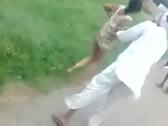 Bhabhi bald fight with strangers far public